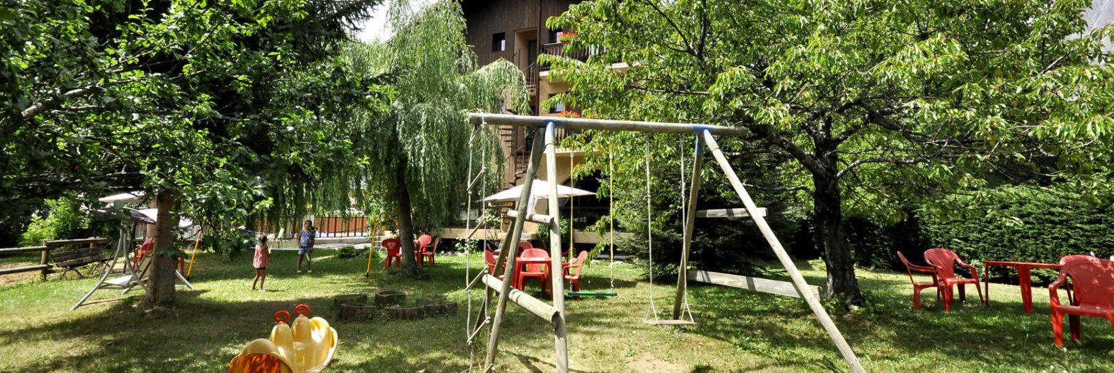 Hôtel Aigliere, jardin avec balançoires pour vos vacances à la montagne